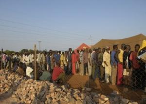 Frontera de Sudáfrica. Hombres de Zimbabwe esperando para entrar a un campo de refugiados. Foto Darryl Evans/MSF